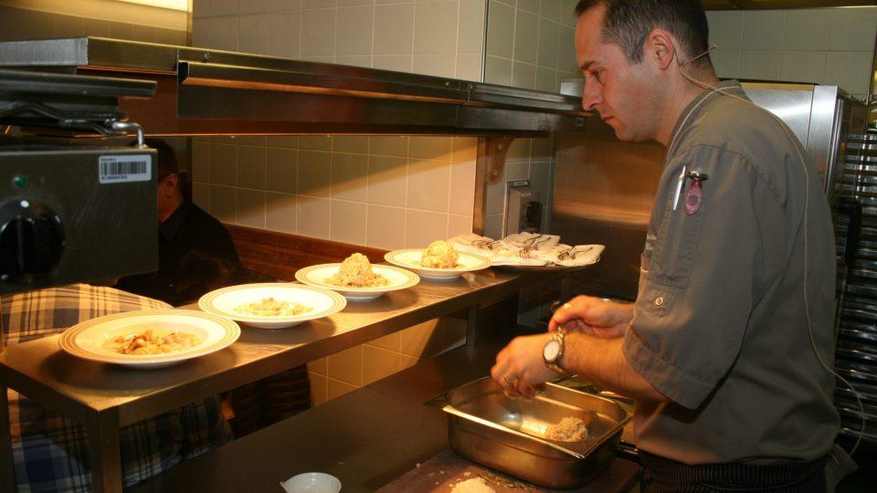 Marek Fichtner při závěrečném servírování