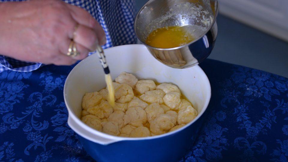 Kousky můžeme dokonce vrstvit, aby vznikla dvě patra buchtiček. Pokud promazáváme máslem, půjdou po upečení dobře oddělit, nemusíte se bát