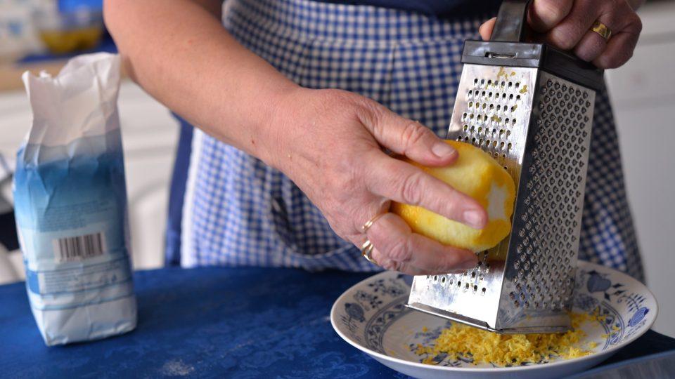 Nastrouháme citronovou kůru z jednoho citronu