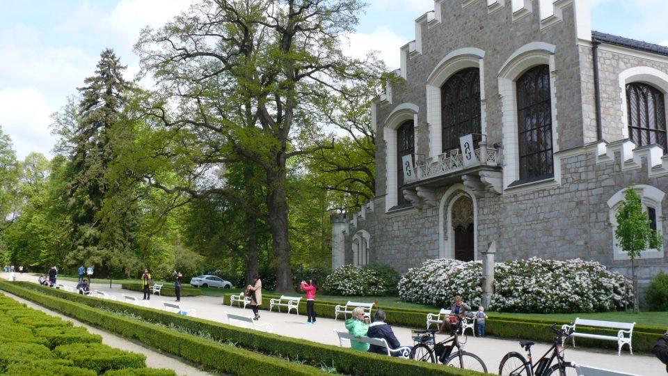 Před zámeckou jízdárnou má park charakter francouzské zahrady