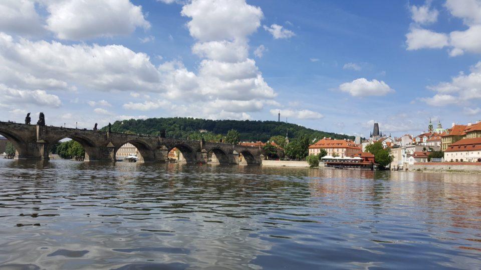 Do Čertovky se vplouvá vpravo od Karlova mostu, v tom místě jsou i protipovodňová vrata
