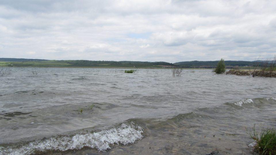 Jezero se napouštělo od roku 2010 do roku 2016