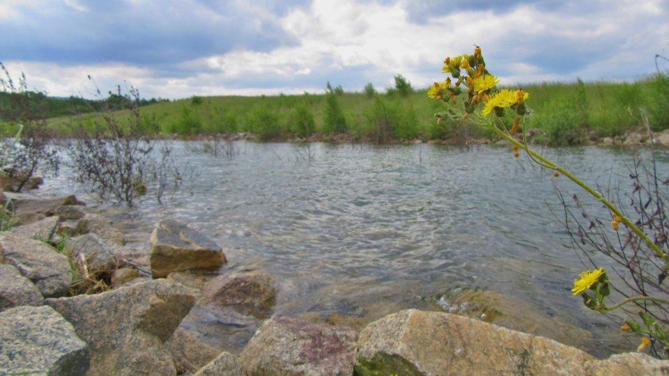 Přítok Ohře už je ve stejné hladině s jezerem