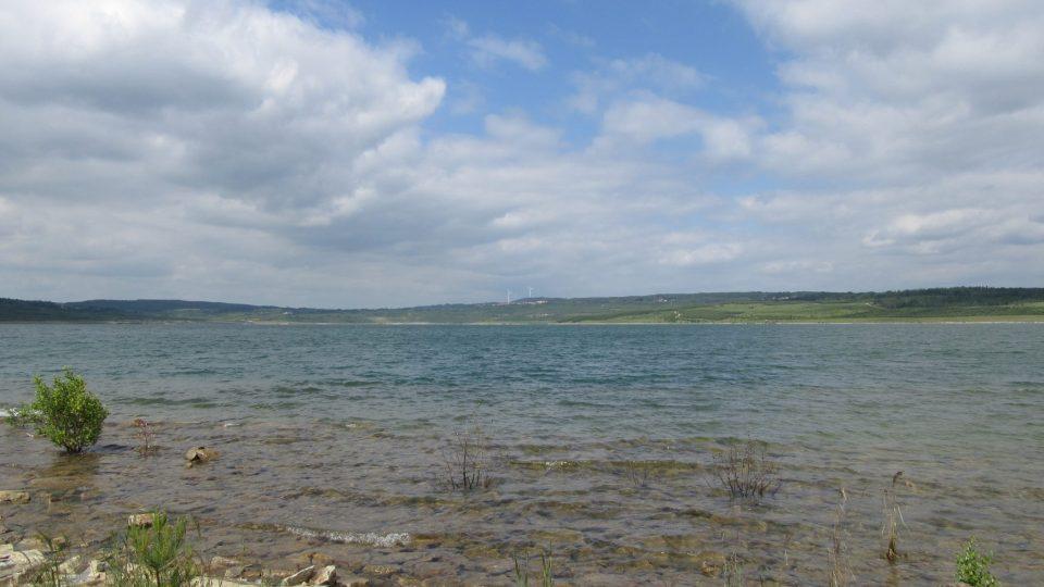 Teď je ještě jezero krásné bez okolních staveb