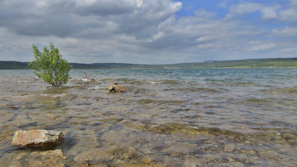 V jezeře je průzračně čistá voda