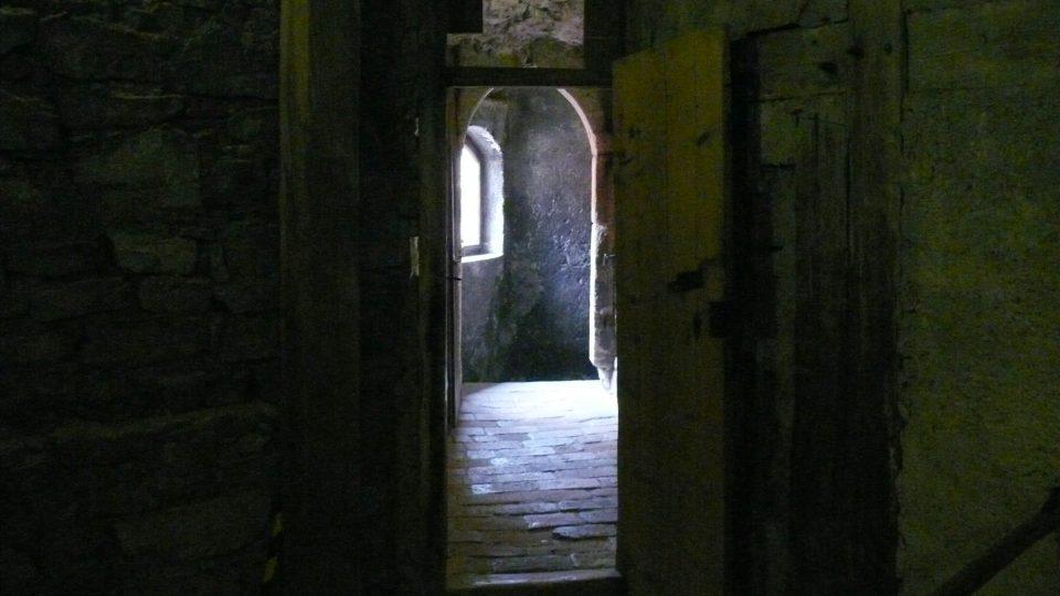 Chodbička vedoucí od hladomorny ve sklepení věže