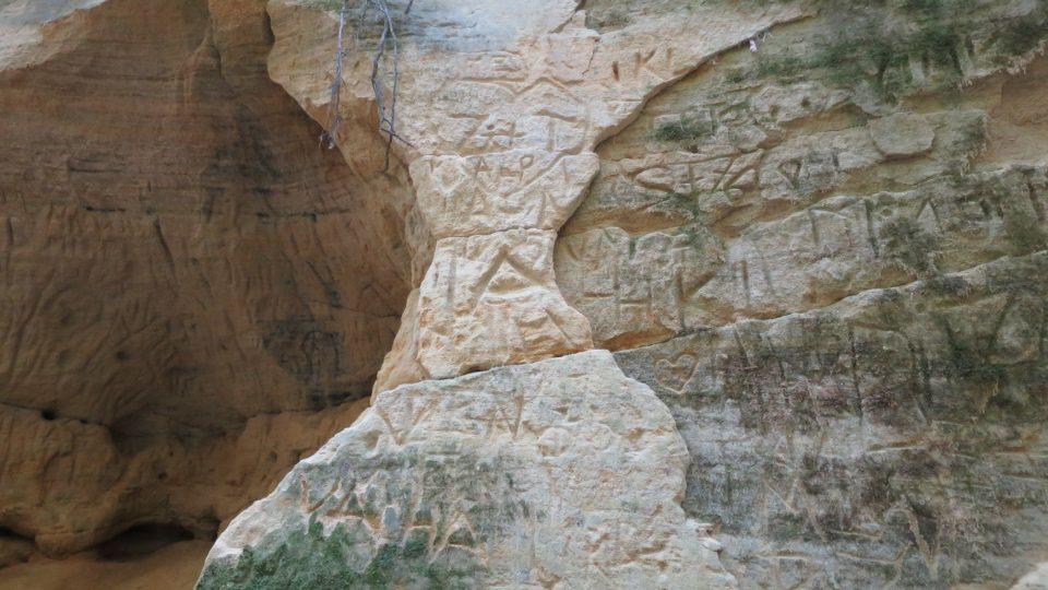 Turistická stopa na skalních stěnách Pivnické rokle
