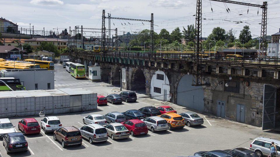 Negrelliho viadukt je prvním pražským železničním mostem přes Vltavu a druhým nejstarším stojícím mostem v Praze. Pohled na autobusové nádraží Florenc