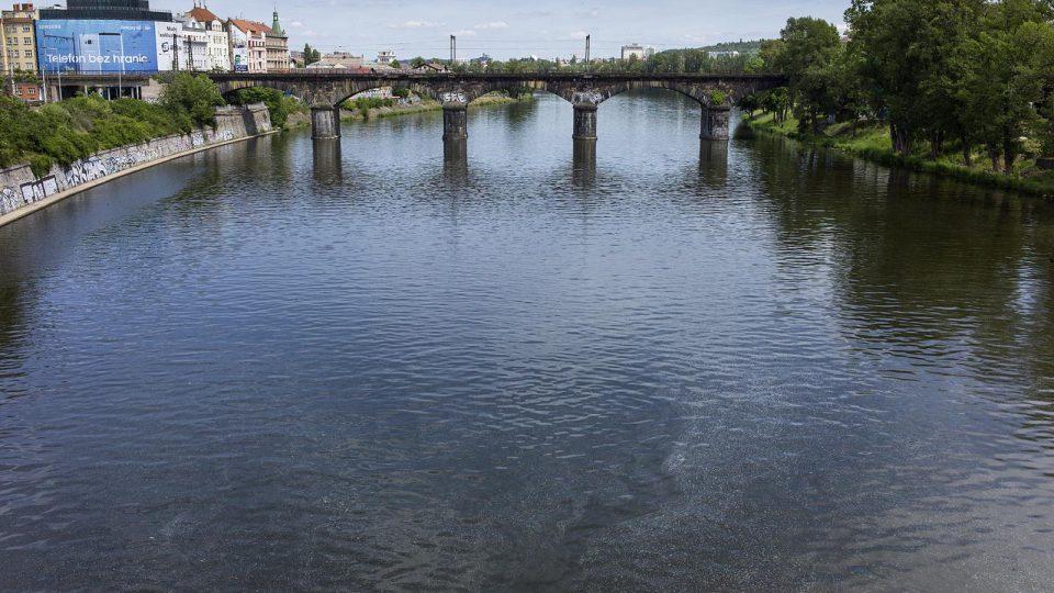 Negrelliho viadukt pokračuje územím Karlína přes vltavský ostrov Štvanice do bubenské části Holešovic
