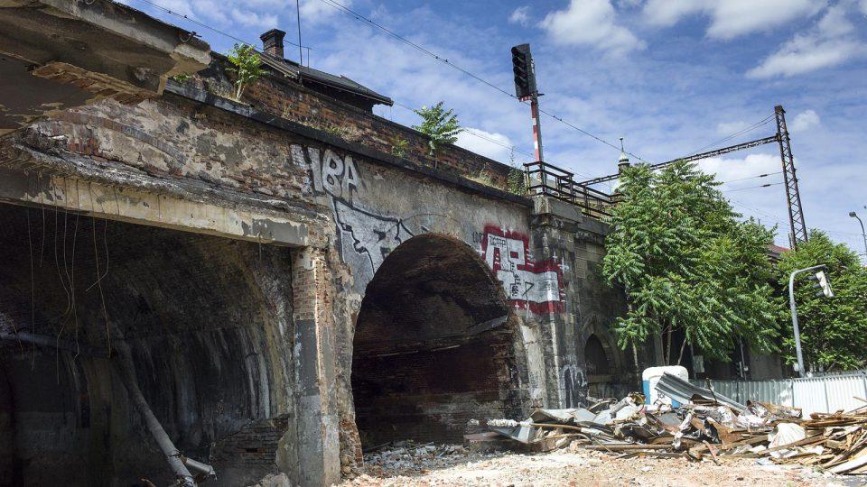 Negrelliho viadukt v místech, kde stála hospoda U Fandy. Místní můžou už jenom vzpomínat na obsluhu bez podprsenky