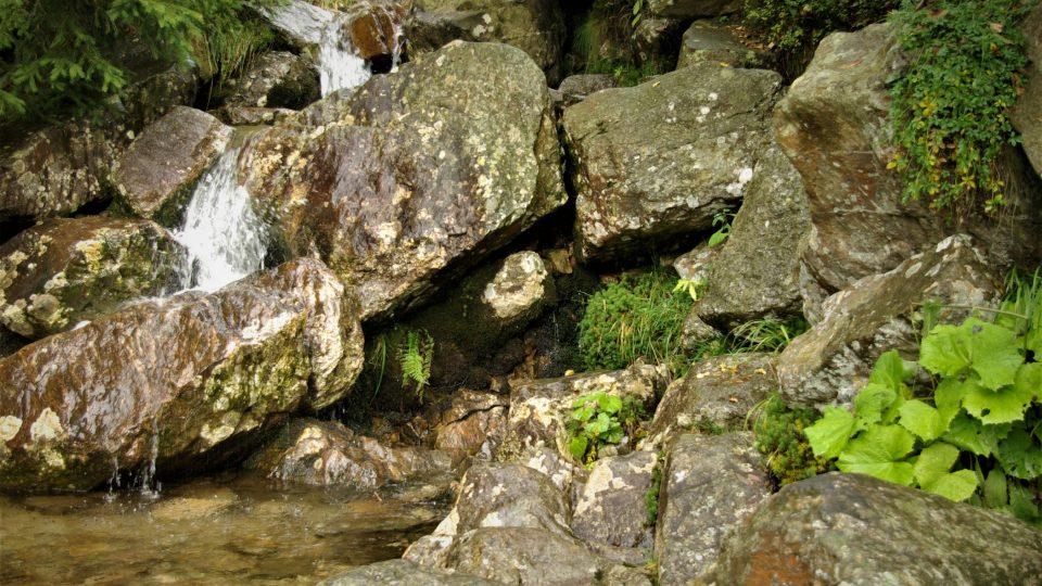 Odpočinkové místo u Kotelského potoka, který spěchá do údolí. A pak do Jizerky
