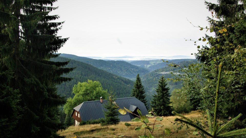 Ojedinělá bouda U Kotle na úbočí Kotelského potoka