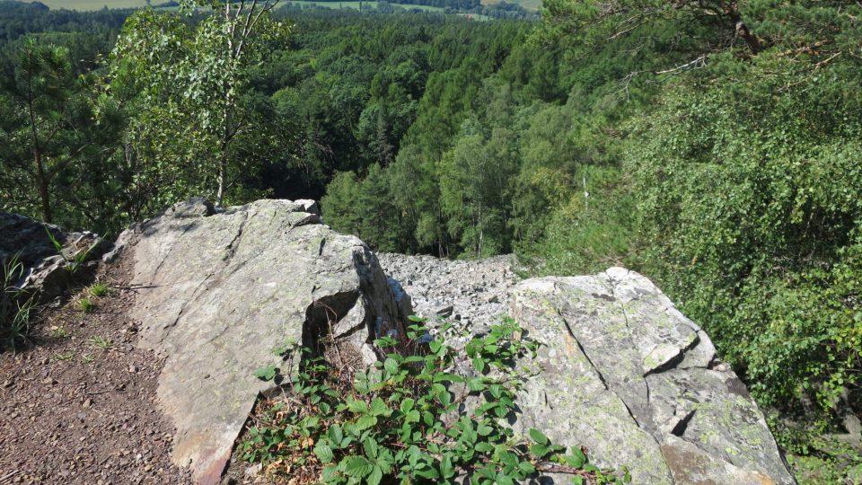 Kopec svůj název získal díky tomu, že jeho vrchol kdysi býval holý a kamenitý. Dnes se ukrývá v lese