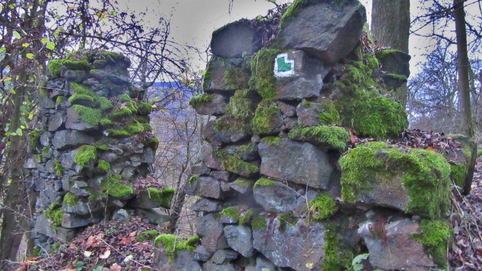 Jako stavební kámen posloužil černý čedič z dávno vyhaslých okolních sopek