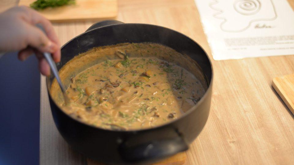 Na závěr polévku dochutíme solí a lžící třtinového cukru a promícháme