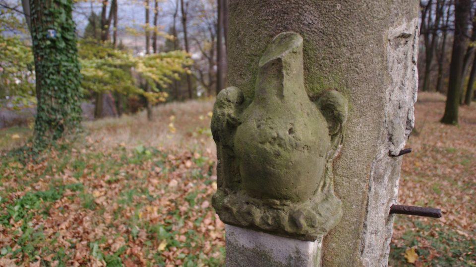 Detail bohužel poničené sochařské výzdoby Františkovy kašny