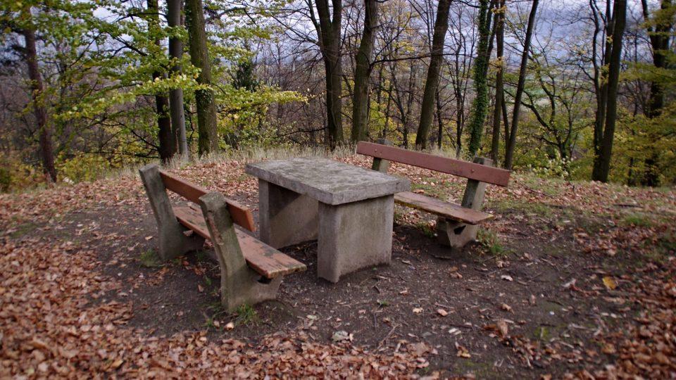Kamenný stůl kousek od Františkovy kašny