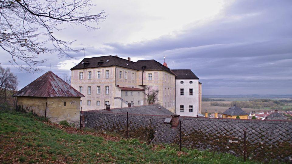 Návštěva zámeckého parku nabízí netradiční pohled na samotný zámek Jánský vrch