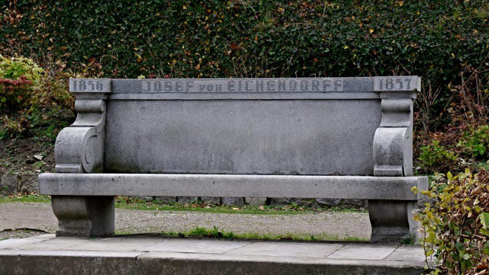 Součástí Eichendorffovy vyhlídky je i tato monumentální žulová lavice