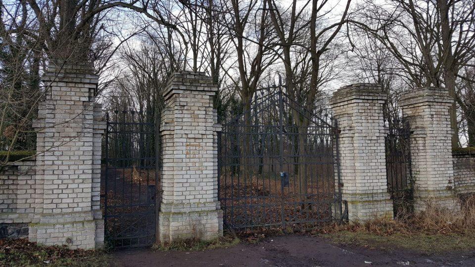 Hřbitovní brána