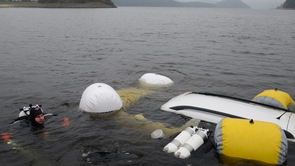 Středočeští hasiči lovili z Orlické přehrady osobní auto, pomáhali potápěči pražských hasičů