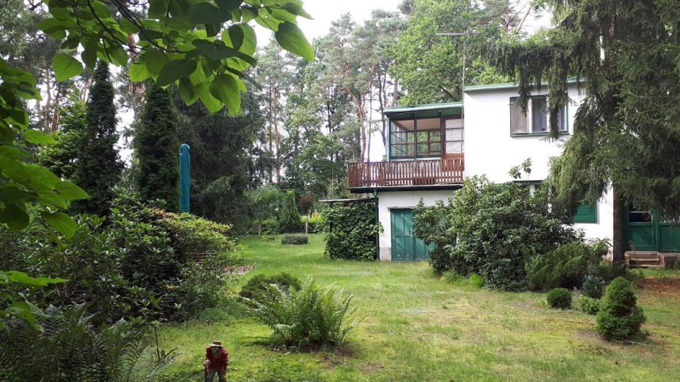 Chatu v Kersku si Bohumil Hrabal koupil v roce 1965 na inzerát. Povídky a romány psal na zahradě bez ohledu na to, jaké bylo počasí