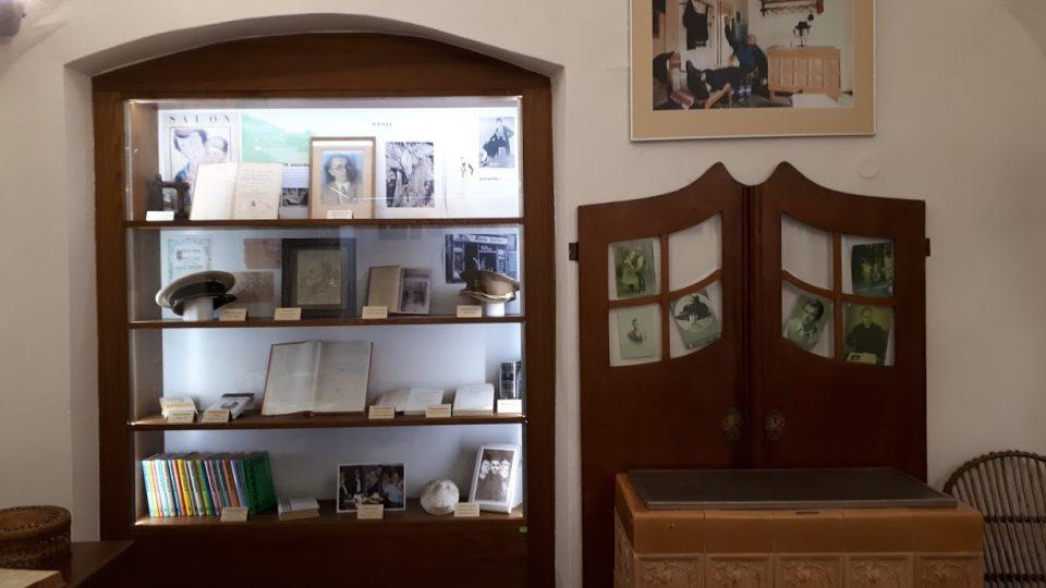 Ve stylizované pracovně Bohumila Hrabala najdete spisovatelovo oblíbené křesílko nebo námořnickou čepici strýce Pepina