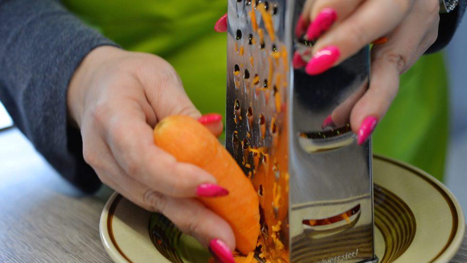 Kořenovou zeleninu a česnek nastrouháme na hrubém struhadle