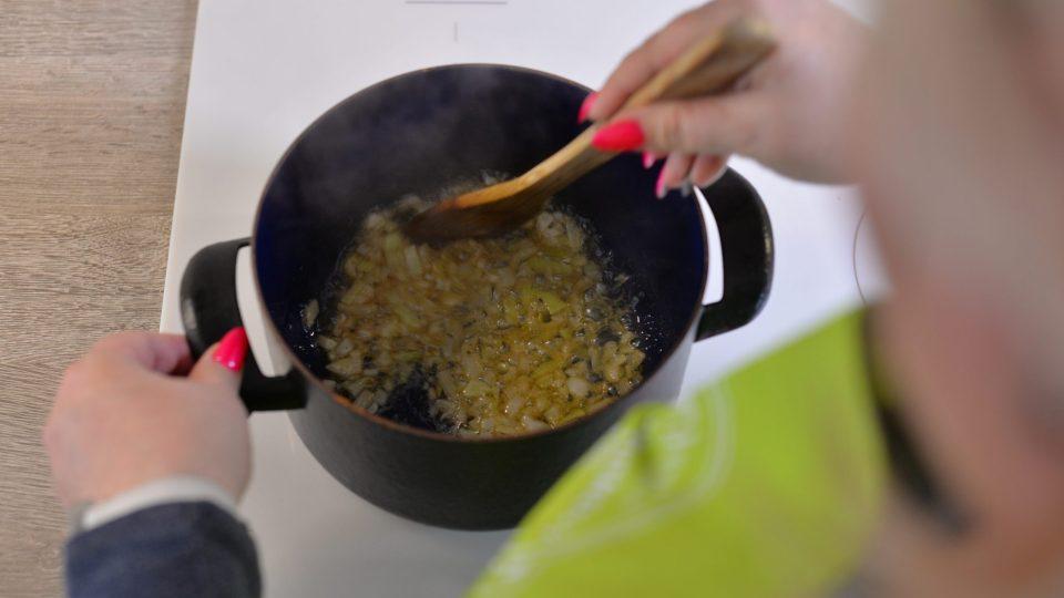 Cibuli zpěníme na másle