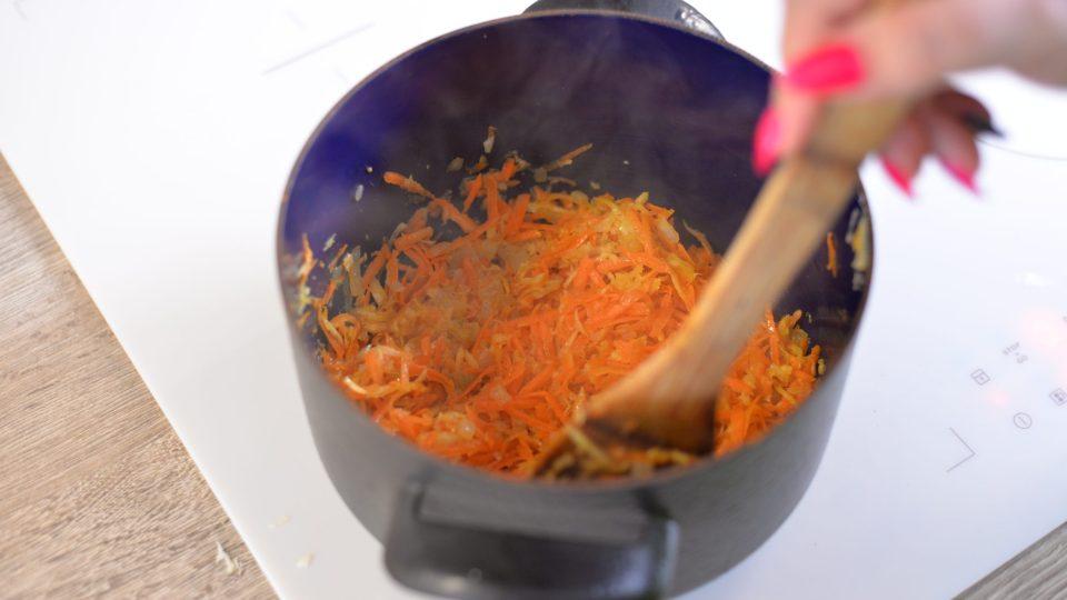 Kořenovou zeleninu a česnek nastrouháme na hrubém struhadle, přidáme k dozlatova zpěněné cibuli