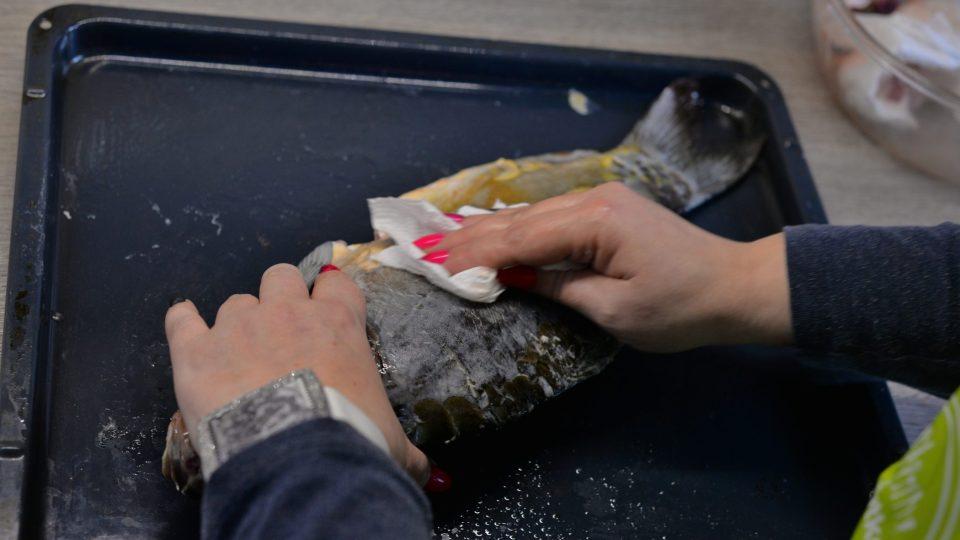 Díky soli se kapr lépe zbaví šlemu a pachuti. Po odležení stačí šlem z kapra setřít papírovou utěrkou