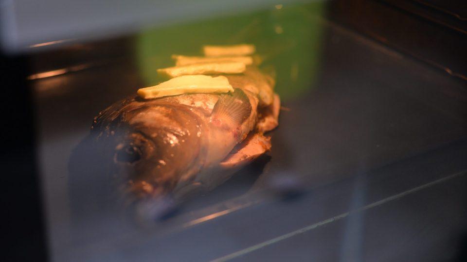 Kapra dáme do trouby vyhřáté na 200 stupňů a pečeme cca 50 minut