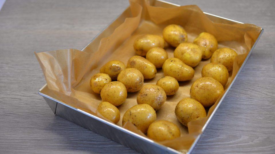 Ke kaprovi se vyplatí připravit brambory. Ideálně je osolit a opepřit a dát opéct do trouby
