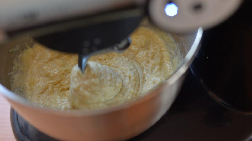Všechny ingredience včetně droždí (kvásek se předem nedělá) vložíme do mísy a v robotu se cca 10 minut vše promíchá