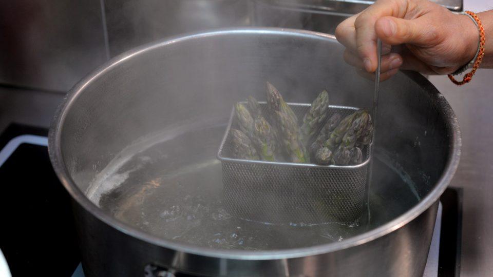 Zelený chřest je dobré vařit v košíku (nebo ve speciálním hrnci), aby z vody koukala zelená část
