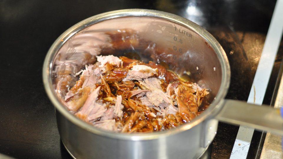 Upečené maso natrháme, aby se jím mohly plnit lokše