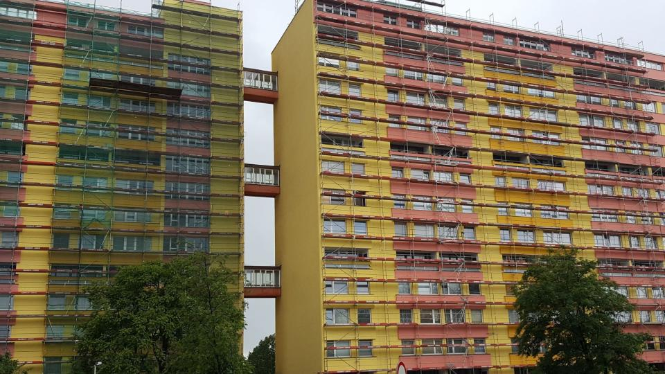 Panelový dům v Hlivické ulici má zajímavé spojovací můstky