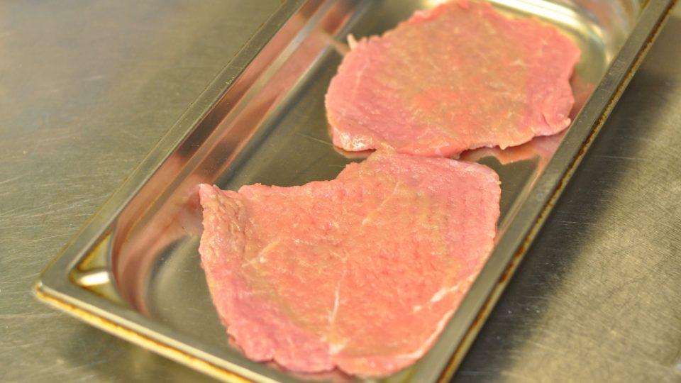 Telecí maso nakrájíme na plátky o váze cca 200 g a pořádně rozklepeme. Čím více rozklepeme, tím lépe se řízek propeče