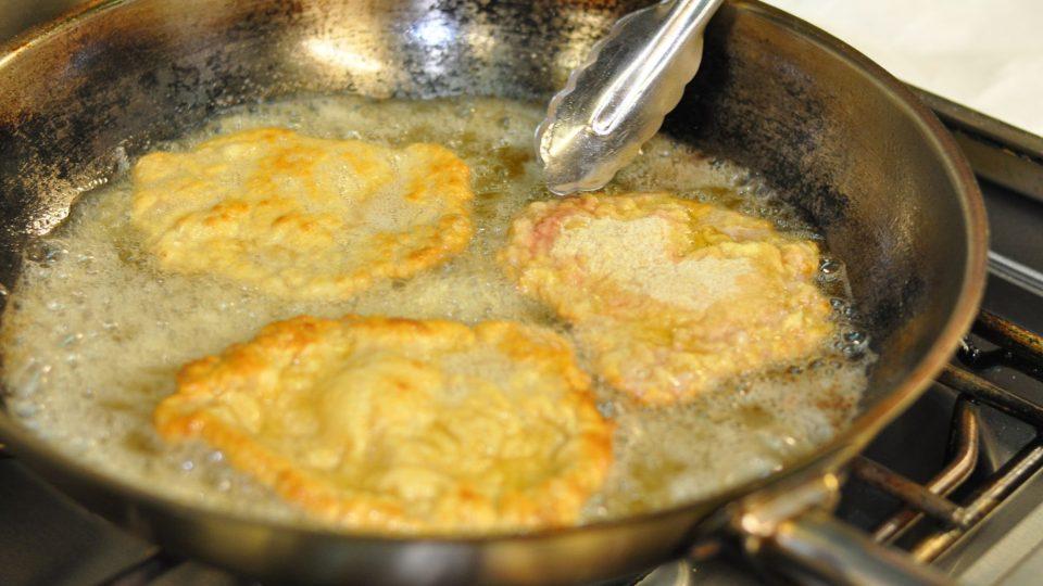 Smažíme na 1 cm vysoké vrstvě přepuštěného másla