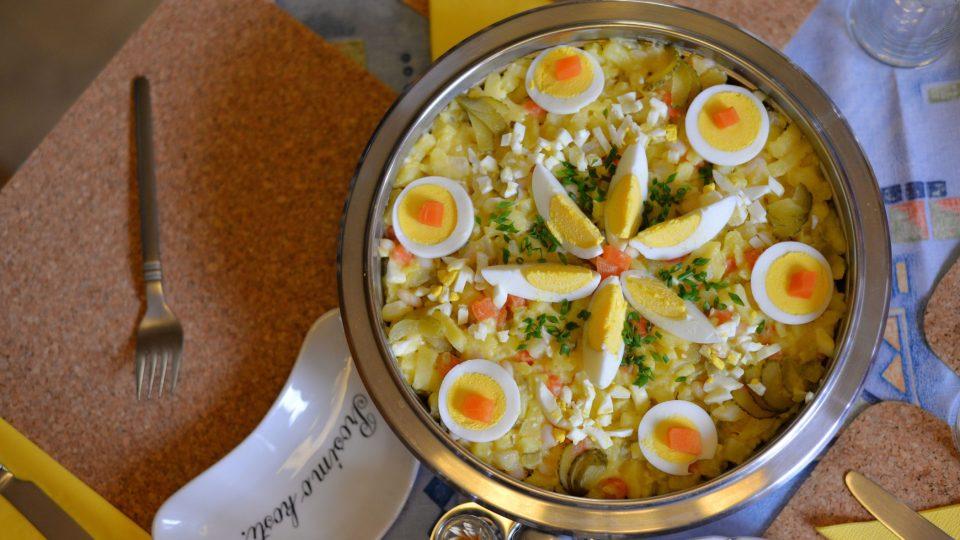 Vlasta Vybíralová připravila domácím vývarem pečené kuře s bramborovým salátem