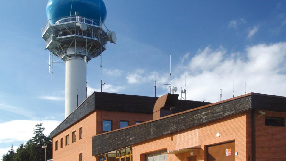 Radar na vrchu Písek v roce 2004 zakryla modrá bublina
