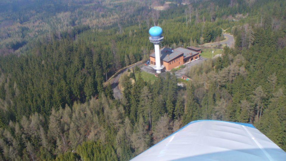 Radar v Brdech je výrazným orientačním bodem. Vedle budovy s technickým zázemím je umístěn 30 metrů vysoký tubus s anténami.