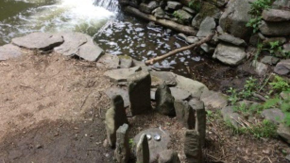 Magické místo na řece Moravské Sázavě, lidé ho zdobí kameny