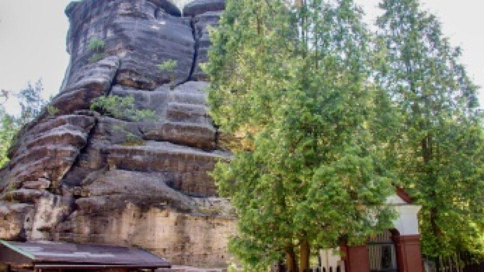 Na skály navazují různé přístřešky. Zde stávala výletní restaurace s terasou.