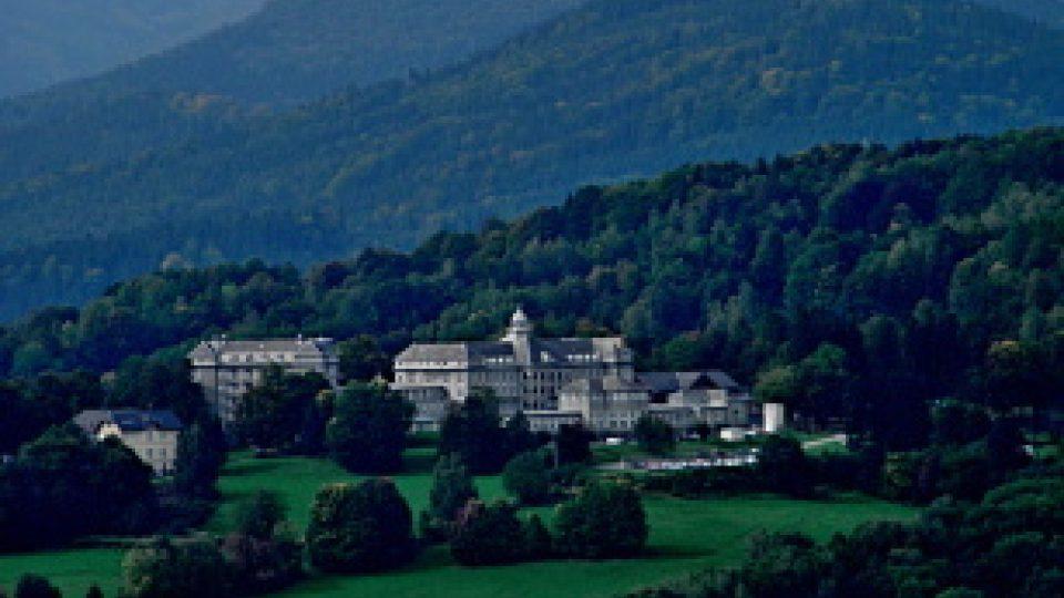 Sanatorium Priessnitz pohledem z Čertových kamenů potvrzuje své dominantní postavení mezi lázeňskými domy jesenických lázní