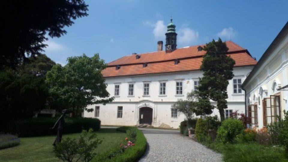 Barokní zámek Liteň je v současné době v havarijním stavu. Brány pro veřejnost se tady otevírají jen během několika akcí v roce