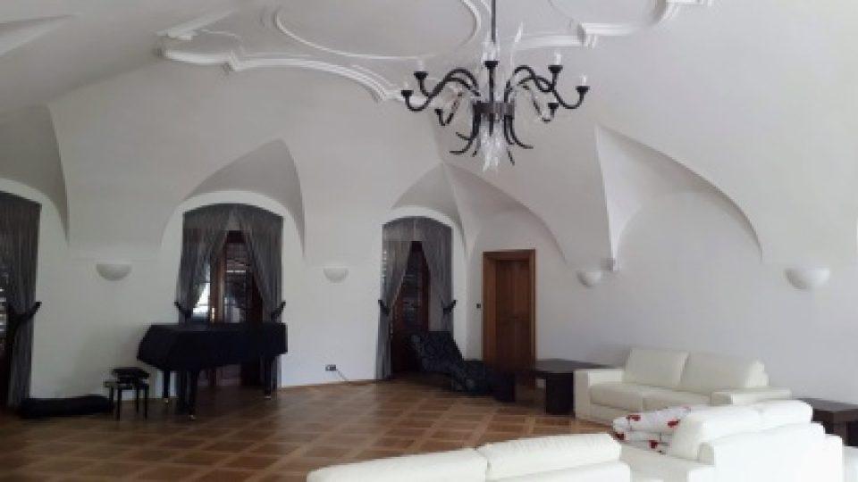Novým majitelům se podařilo citlivě zrekonstruovat Čechovnu, kde se Jarmila Novotná učila nové role. Dnes tady pořádají koncerty mladí operní zpěváci
