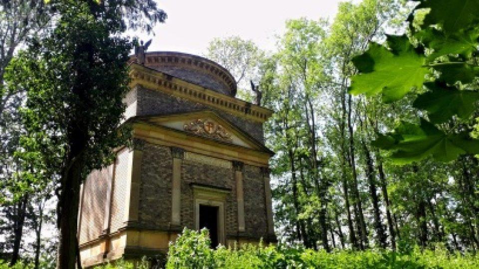 Pěvkyně Jarmila Novotná sice zemřela v roce 1994 v New Yorku. Místo jejího posledního odpočinku je ale v rodinné hrobce nedaleko milovaného zámku v Litni u Berouna