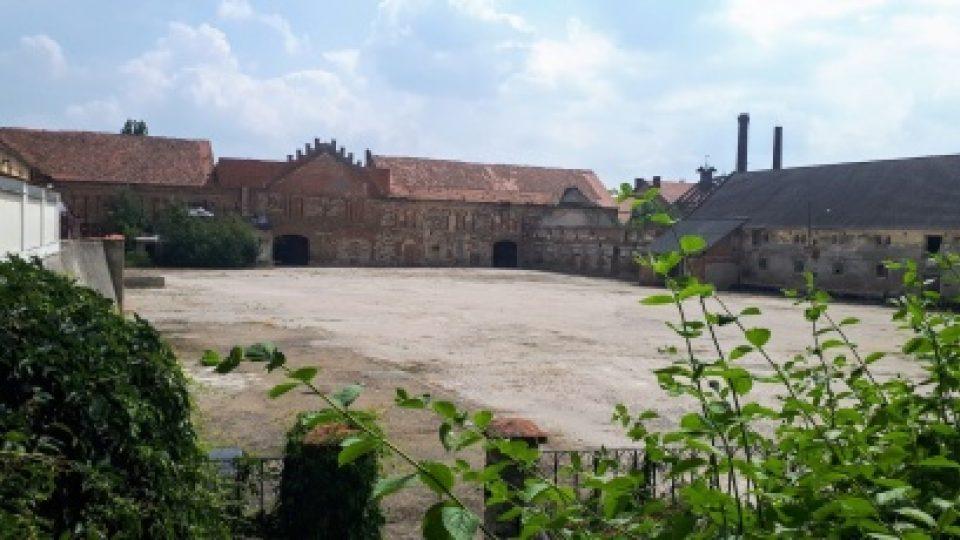 Součástí panství u zámku Liteň byla kovárna, pivovar a lihovar. Zchátralé budovy na opravu zatím čekají