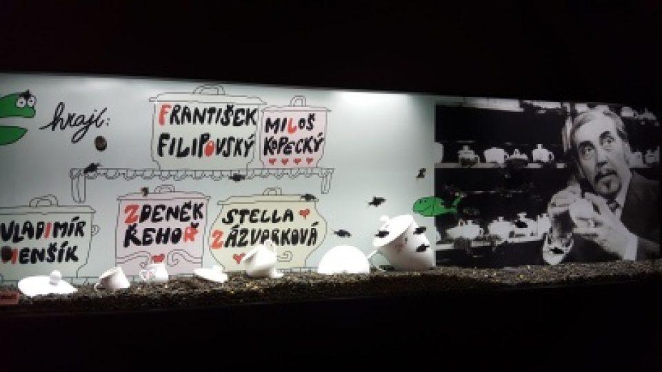 Akvárium s živými rybičkami jako připomínka filmu Konec vodníků v Čechách